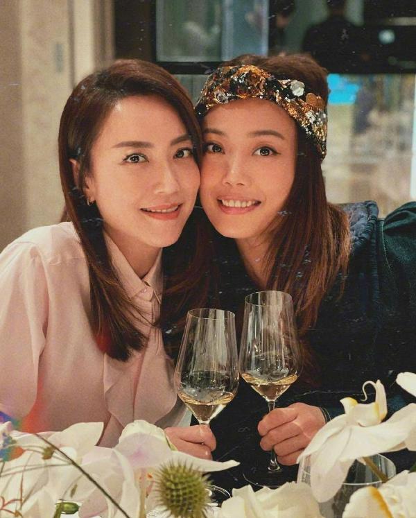 霍汶希卡点庆祝容祖儿出道22周年 晒两人多张合影姐妹情深_久之资讯_久之网