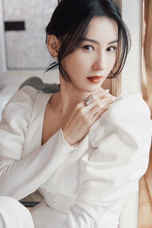 张柏芝白色礼服秀迷人天鹅颈 气质出尘美得令人心动
