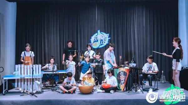 3、少年们感受神奇特别的乐器.jpg