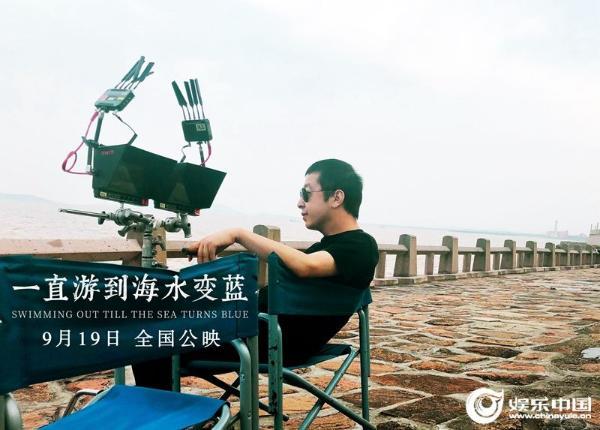 导演贾樟柯拍摄《一直游到海水变蓝》.jpg
