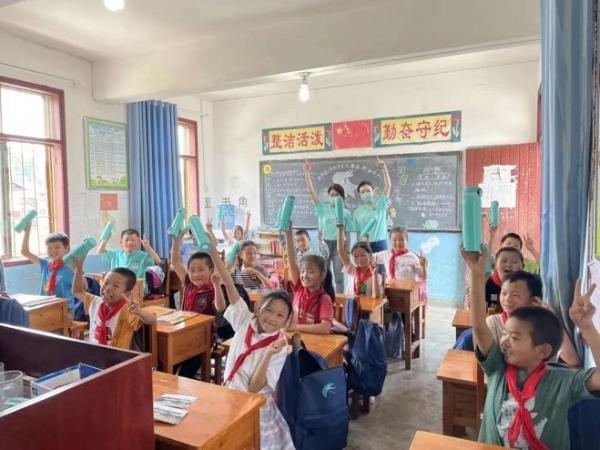 刘雨昕带领吃货团玩转贵阳 粉丝暖心公益助力儿童成长