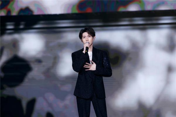 王源大湾区中秋晚会献唱《流动的青春》 元气满满为青春而歌