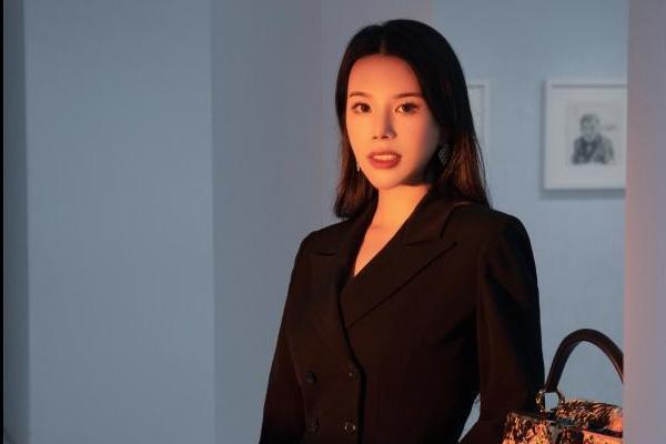 余晚晚出镜LV大片又飒又美 展现艺术与时尚碰撞独特魅力