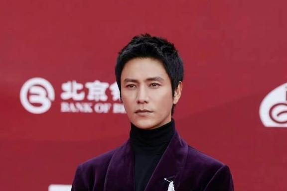 陈坤亮相第十一届北京国际电影节开幕红毯 首次以评委身份亮相开启评委工作