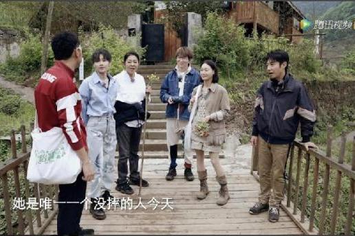央视《你好生活》热播中 刘雨昕照顾倪萍展露暖心一面
