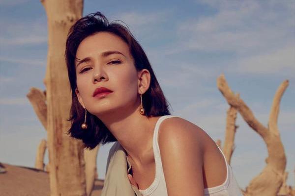 卢靖姗晒出沙漠质感大片 浅色西装诠释自我态度