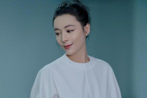 张静初亮相北京时装周闭幕式 完美诠释优雅知性魅力