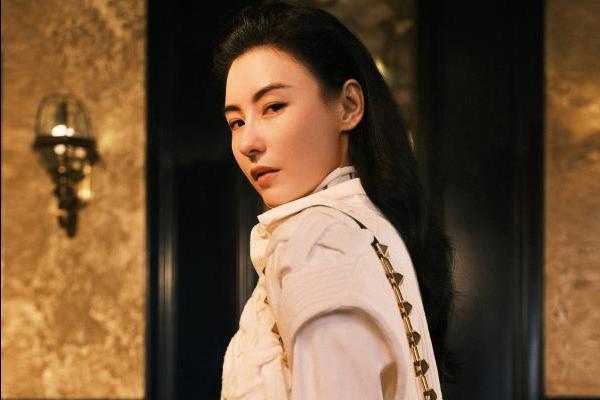 张柏芝复古大片精致优雅 鎏金背心尽显高级质感