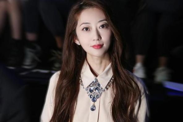 歌手刘芊螢观秀中国国际时装周 韩式浪漫穿搭尽显高级美感