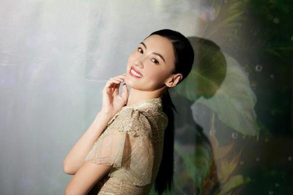张柏芝旗袍造型优雅迷人 勾勒婀娜身姿韵味十足