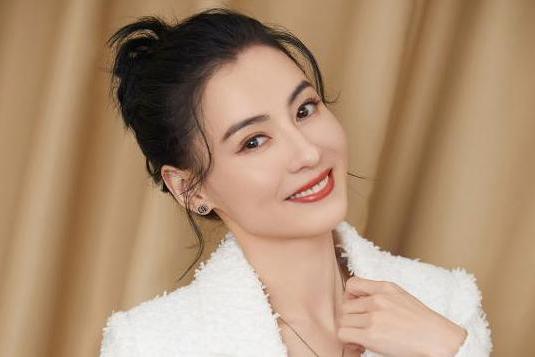 张柏芝扎丸子头出席活动 白色西装夹克释放独特优雅魅力