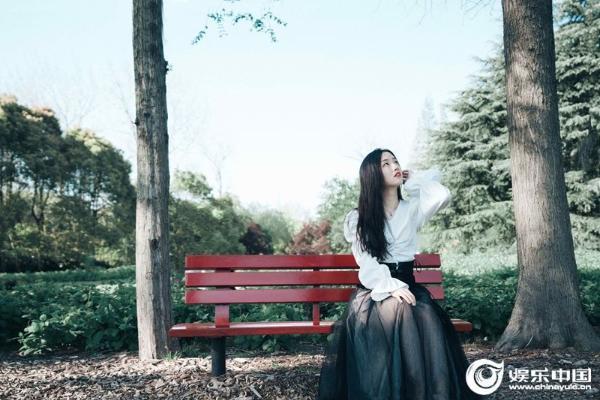 """郭沁新作唱响""""蜕变""""三部曲 全新单曲《她的年轮》破茧上线 空灵嗓音见证少女成长"""