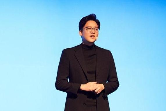 SM娱乐李圣洙代表以《SM Contents Road Map-通过SMCU展望的未来内容时代》为主题发表演讲