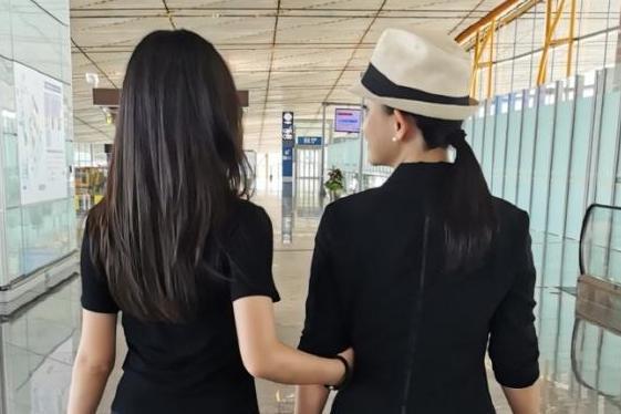 赵文卓张丹露送大女儿出国留学 晒合照不舍落泪