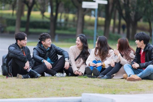 生活的幸福感可能来自于陌生人!研究发现:和陌生人的深入交流让人更愉快