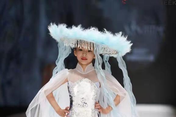 中国(河南)大学生时装周邹佳玥担品牌发布主秀模特