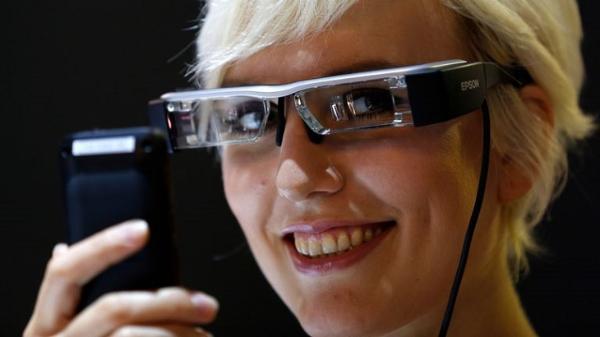 扎克伯格透露Facebook首款智能眼镜将在今年推出