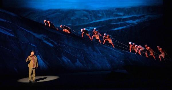 西安话剧院话剧《路遥》西安上演:点亮精神的火炬
