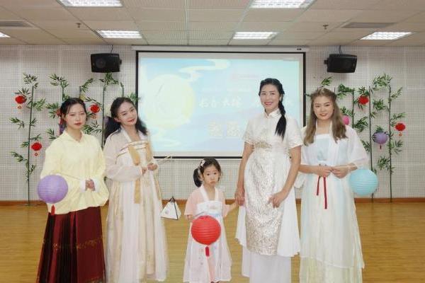 诵诗词、做月饼、穿汉服 成都武侯区图书馆与读者共庆中秋佳节