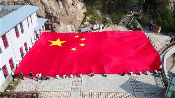 旅游 | 最美中国红 共祝祖国好——山东各地挂满五星红旗庆国庆