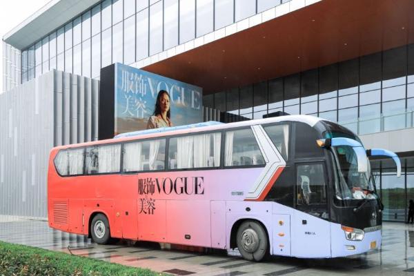 巴士停在路边描述已自动生成