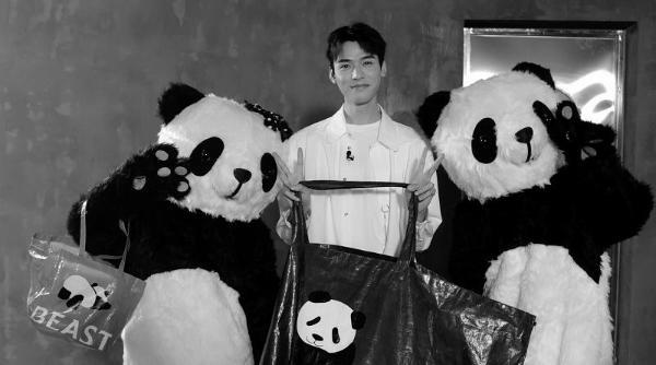 熊猫噗噗横店探班龚俊,期待一起回成都