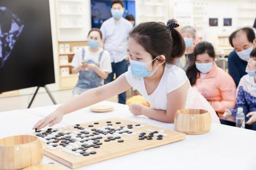 华为围棋挑战赛火热举办中,围棋冠军於之莹做客北京华为门店