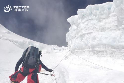 探拓户外携手珠峰攀登团队挑战8844.43米世界脊梁,成功登顶