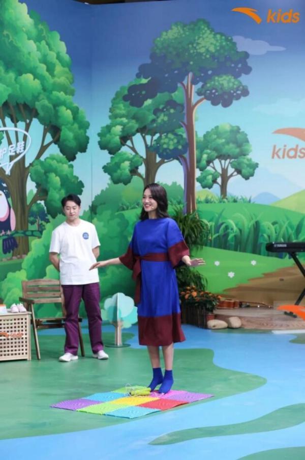 朱丹现身安踏儿童直播间分享育儿经 一袭长裙被赞状态好