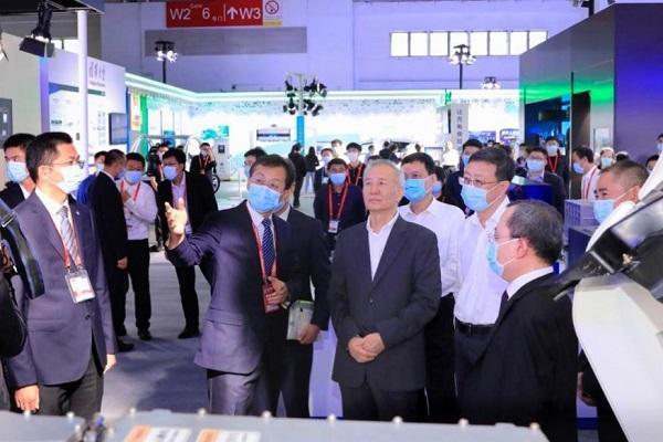 中国首款续航超1000公里液氢重卡亮相世界智能网联汽车大会 福田欧曼抢占新能源重卡高位