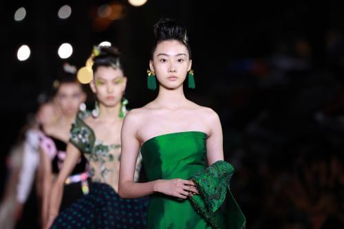 晓梦蝴蝶 | 保利·中丝集团联袂劳伦斯·许 演绎国潮时尚大秀