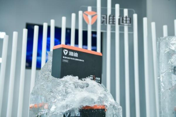 低温续航新突破!雅迪石墨烯电池助一次充电超200公里!