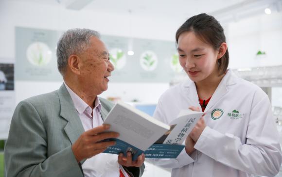 奥运冠军李冰洁拜访昆明植物研究所 了解高山植物价值及研究成果
