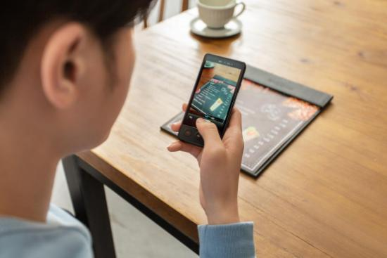 讯飞双屏翻译机:主客双屏显示交互新形态,让你的沟通引领潮流