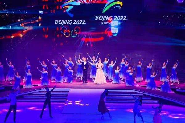 冬奥文化推广使者伊丽媛现身北京冬奥口号发布活动,现场演绎冬奥优秀音乐作品