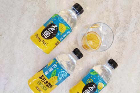 打工路上,飞鱼柠檬味苏打水饮料最懂你的酸和甜