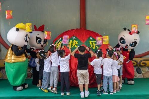 """佳节临近 来长隆与全球唯一""""大熊猫三胞胎""""猜灯谜贺中秋"""