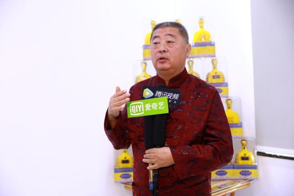 厂长王连广接受媒体采访