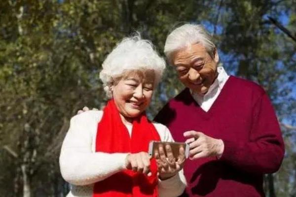 社科院发布互联网适老化研究报告:微信仍是老年人最常用社交工具